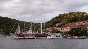 Ansluten segelbåt i Skradin port under solnedgång stock video