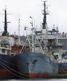 Anslutit skepp som väntar för att skrotas arkivbild