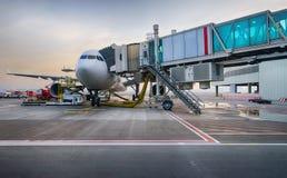 Anslutit strålflygplan i den Dubai flygplatsen Arkivfoto