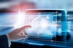 Anslutning för globalt nätverk för cirkel för händer rörande och symbolskund på den faktiska skärmen, den Omni kanalen och online Royaltyfri Bild
