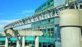 Anslutning för järnväg anslutning i modern flygplats Arkivbilder