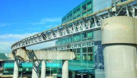 Anslutning för järnväg anslutning i modern flygplats Royaltyfri Foto