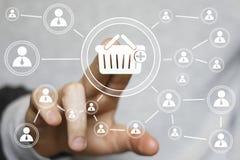 Anslutning för spårvagn för affärsknappkorg som shoppar online-symbolen Arkivfoton