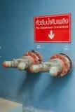 Anslutning för två brandstation på blå väggbakgrund Royaltyfri Fotografi