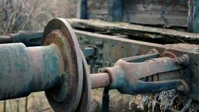 Anslutning mellan gamla drevvagnar som är fulla av rost arkivfilmer