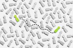 Anslutningen mellan två personer i en grå folkmassa av folk Anslutningen förbinds av en prickig linje till två personer Affär Royaltyfri Bild