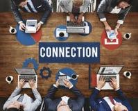 Anslutningsinternet som knyter kontakt online-begrepp Arkivbild