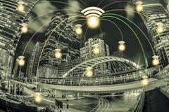 Anslutningsstad med wifisymbolen och nattstadsscape Nätverket lurar Royaltyfri Bild