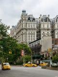 Ansonia大厦和出租汽车在街道上 免版税库存图片