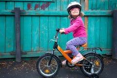 Anspornenmädchen auf Fahrrad Stockbild