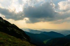 Anspornungsberge gestalten, Sommersonnenuntergang in Tatras landschaftlich Stockfotos