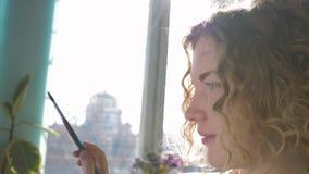 Anspornungsgrafik, Berufskünstlerfrau mit Palette von farbigen Farben und brushÐ ¼ malt Bild im Kunststudio herein stock video