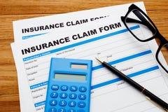Anspruch auf Versicherungsleistungen Form mit Taschenrechner Stockfoto