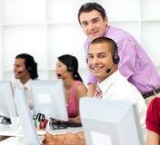Anspruchsvoller Manager, der innen Arbeit seines Angestellten überprüft Stockfotos