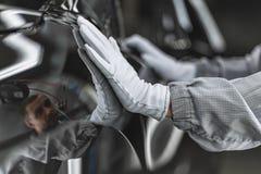Anställd av bilkroppen som målning shoppar, kontrollerar kvaliteten royaltyfri fotografi