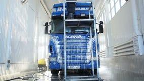 Anställd gör ren lastbilen på biltvätten lager videofilmer