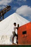 Anställd i en salt min i Colombia Arkivfoto