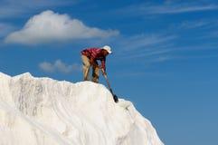 Anställd i en salt min i Colombia Arkivfoton