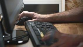 Anställd skrev på tangentbordet texten på datoren arkivfilmer