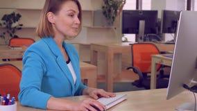 Anställd som kontrollerar läs- goda nyheter för email arkivfilmer