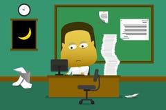 Anställd som sent arbetar i kontoret till - natt Arkivbilder