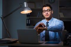 Anställd som sent arbetar på natten på den viktiga rapporten Arkivbilder