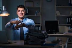 Anställd som sent arbetar på natten på den viktiga rapporten Arkivfoton