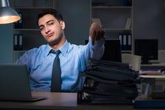 Anställd som sent arbetar på natten på den viktiga rapporten Royaltyfri Fotografi