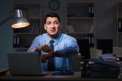Anställd som sent arbetar på natten på den viktiga rapporten Royaltyfri Foto