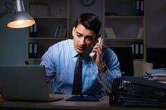 Anställd som sent arbetar på natten på den viktiga rapporten Royaltyfria Foton
