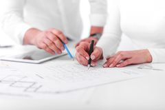 Anställda arbetar på ritningar eller teknikplan i kontoret teknik arkivbild