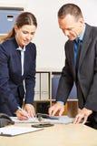 Anställda av en bank som gör finansiell beräkning arkivfoto
