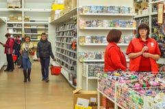 Anställda av en supermarket, två närliggande kvinnor royaltyfria bilder