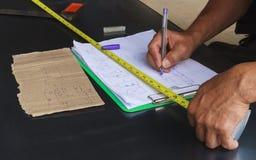 Anställda drar teckningar arbetar för tillverkning av stycken fotografering för bildbyråer