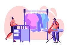 Anställda för kvinnliga tecken av den yrkesmässiga rengörande servicearbeteprocessen som stryker ren kläder, skjuter spårvagnen m stock illustrationer