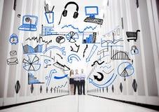 Anställda i en datorhall som framme står av teckningar Royaltyfri Bild