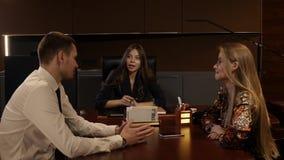 Anställda och deras framstickande diskuterar något lager videofilmer