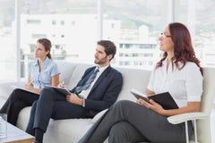 Anställda som lyssnar till en presentation Fotografering för Bildbyråer