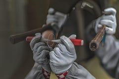 Anställdbilkroppen som målning shoppar, avlägsnar en liten metalldefekt royaltyfria foton