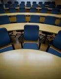 Anstarren in ein Meer der Stühle in einem Konferenzsaal Lizenzfreies Stockbild