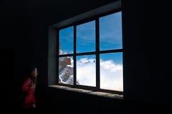 Anstarren entlang des Fensters Lizenzfreies Stockbild