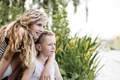 Anstarrender Junge und Mädchen Stockfotos
