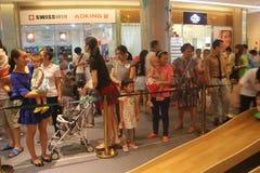 Anstehen, zum sich das Spiel des Elternteils im SHENZHEN Tai Koo Shing Commercial Center anzuschließen Stockbilder