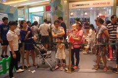 Anstehen, zum sich das Spiel des Elternteils im SHENZHEN Tai Koo Shing Commercial Center anzuschließen Stockfotos
