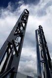 Anstieg mit zwei großer Luftkanal-Rohren zum Himmel lizenzfreies stockbild