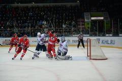 Ansträngningen mellan hockeyspelarna Arkivfoton