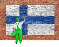 Anstreicher bedeckt Wand mit Flagge von Finnland Stockfotos