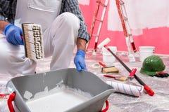Anstreicherarbeitskraft bei der Arbeit in der Baustelle Geb?ude stockfotos