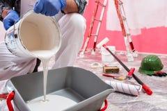 Anstreicherarbeitskraft bei der Arbeit in der Baustelle Geb?ude stockfoto
