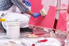 Anstreicherarbeitskraft bei der Arbeit in der Baustelle Geb?ude stockfotografie